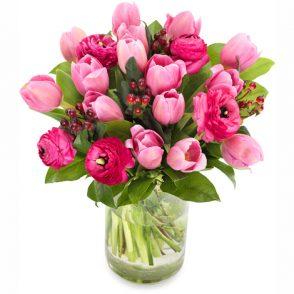 Boeket roze tulpen en ranonkels groot